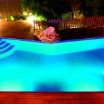 un bassin baigné de lumière bleue